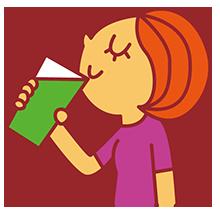 グリーンスムージーを飲む女性